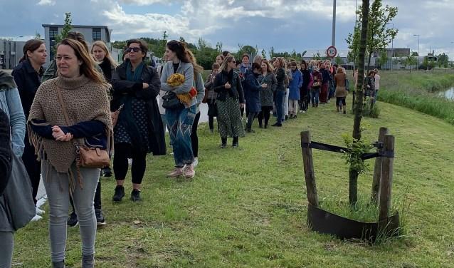Festivalgangers wachten op een pendelbus.