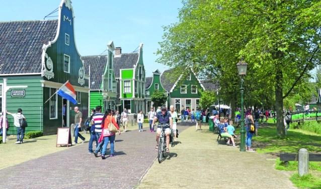 Toeristen bezoeken Zaanse Schans.