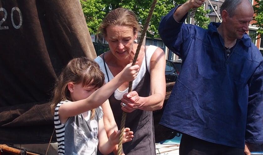 Het publiek mag zaterdag 25 mei helpen bij het laden en lossen van een vrachtschip.