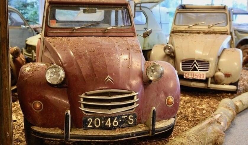 Wie gek is van de 2CV, kan eens een bezoekje brengen aan het Eenden Museum in Andijk.