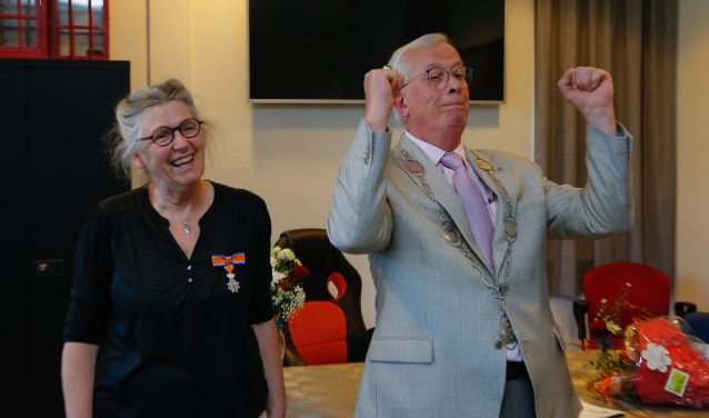 Tanja Nansink kreeg de versierselen van burgemeester Nijpels van de gemeente Opmeer.