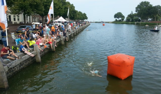 De Harbour City Swim is een prestatietocht over duizend meter waaraan iedereen vanaf twaalf jaar kan deelnemen.