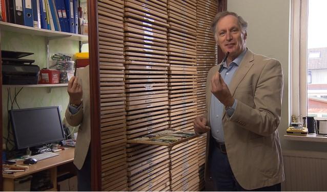 Willem met zijn verzameling reclamepennen.