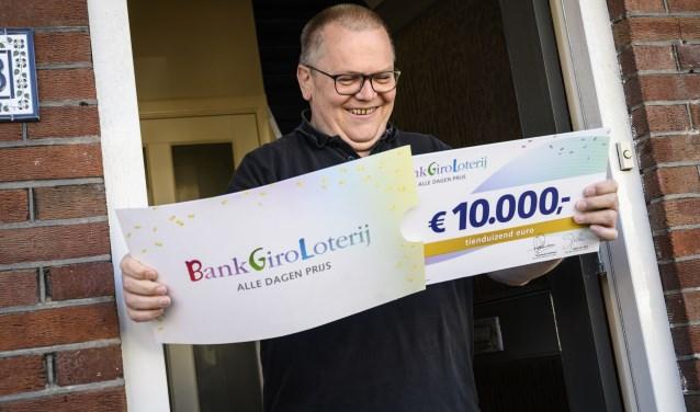 Rob uit Beverwijk wordt verrast met een cheque ter waarde van 10.000 euro.