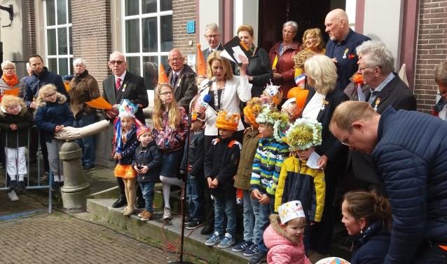 De jonge prijswinnaars zijn gefeliciteerd door burgemeester Kroon.