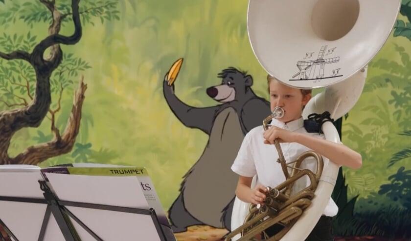 Merlijn speelde met zijn sousafoon het berenlied van Jungle Book.