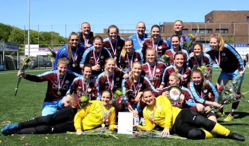 Met medailles, schaal en bloemen. Vrouwen 1 is kampioen.