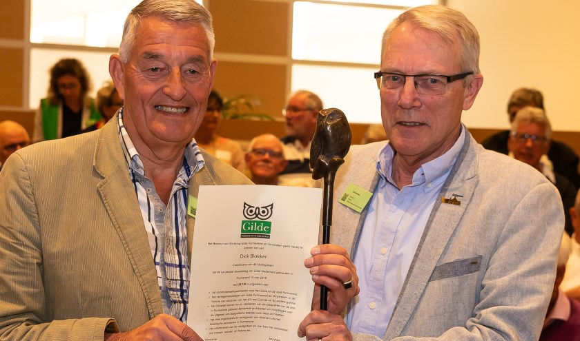 Dick Blokker (links) was maar wat verguld met het uiltje. Hij kreeg het uit handen van Ed Bierhuizen.