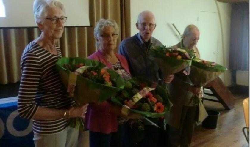 De jubilarissen worden in de bloemen gezet.