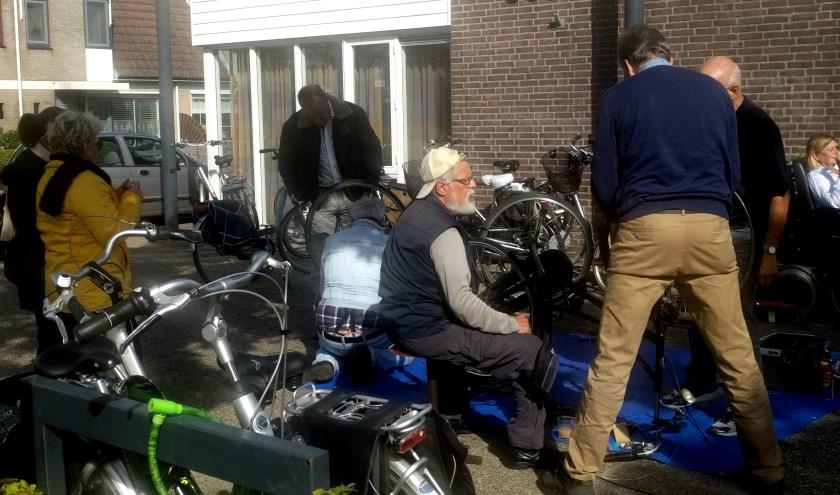 Het Repair Café in De Ark in Hoofddorp vindt soms voor een deel buiten plaats.