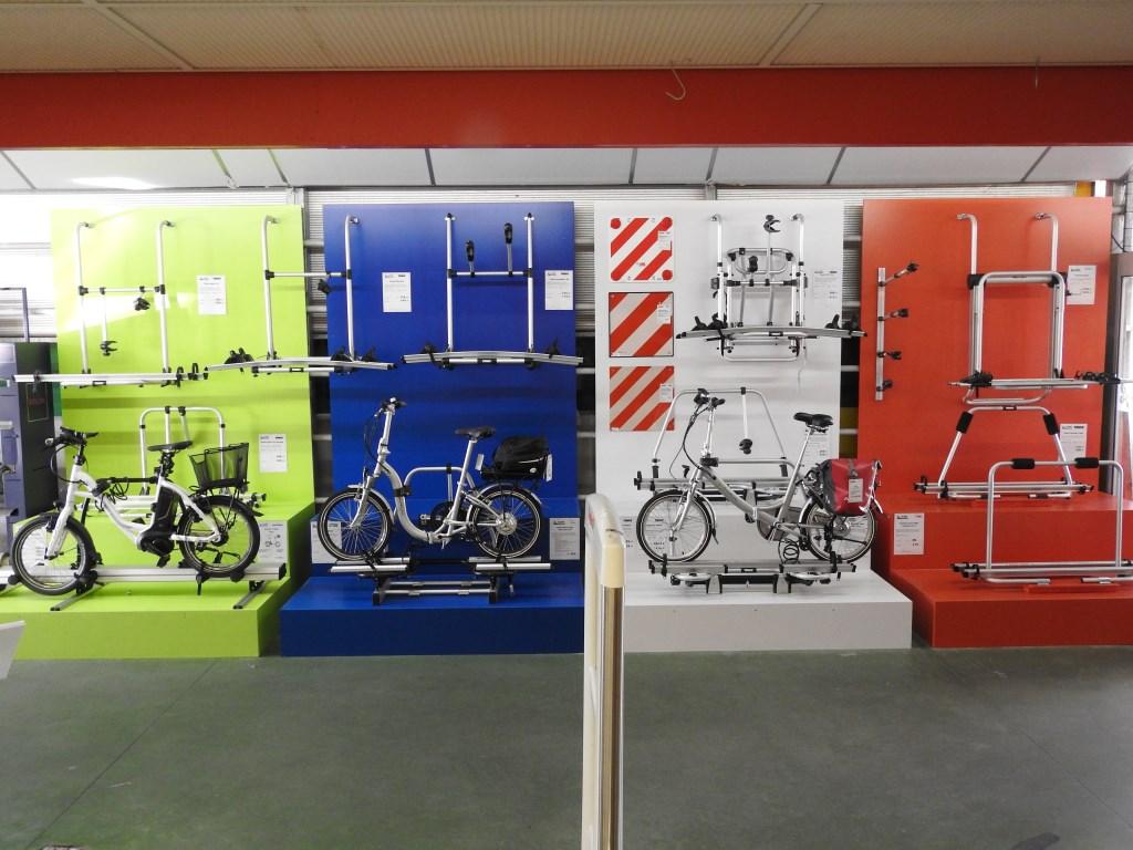 DE JONG presenteert haar verschillende fietsendragers overzichtelijk in de winkel.