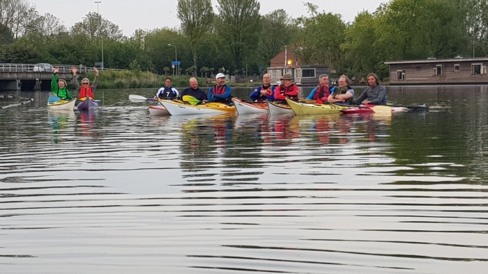 Kanoërs van Trekvogels peddelen rond Haarlem.
