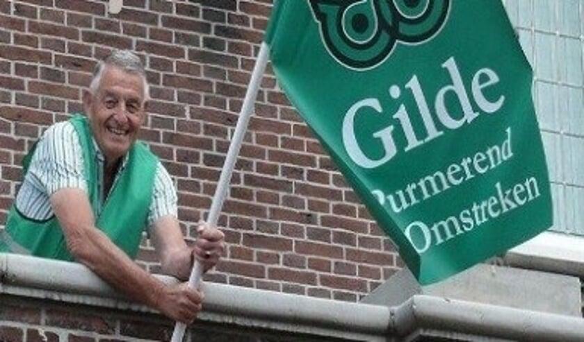 Voorzitter Dick Blokker van Gilde Purmerend en Omstreken hijst de vlag op het oude stadhuis.