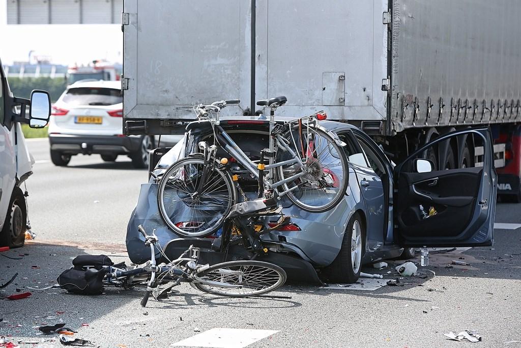 Ook de bakwagen die achter de auto reed, kon niet op tijd remmen en knalde bovenop de fietsendrager die op de auto bevestigd zat.  (Foto: Rowin van Diest) © rodi