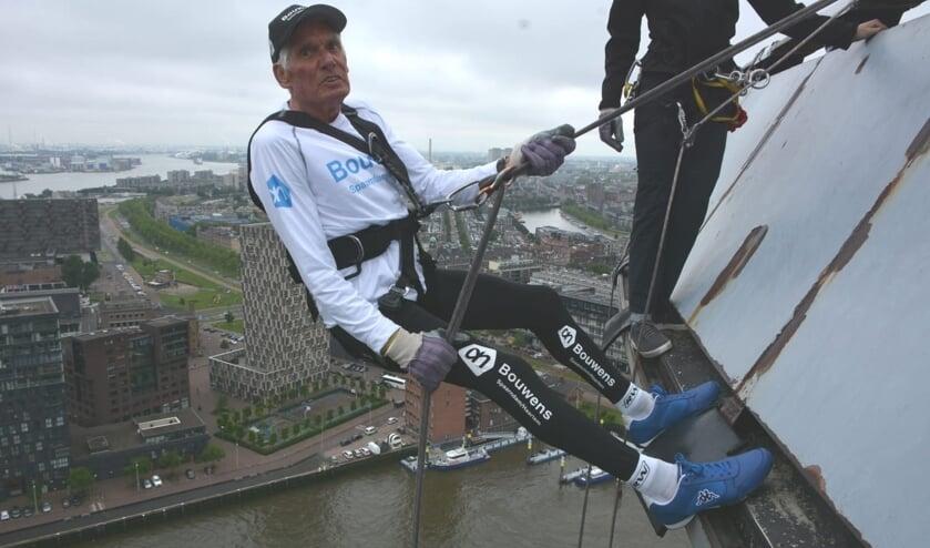 Henk Hagemeijer bedwingt de Euromast.