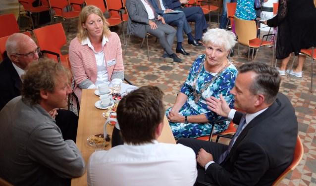 De Commissaris in gesprek met inwoners en burgemeester Hafkamp.