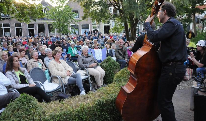 Muziek beluisteren op je eigen klapstoel. Het is al jarenlang een traditie in Monnickendam.