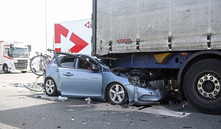 De auto kwam in volle vaart in botsing met een vrachtwagen die was afgeremd voor een file.