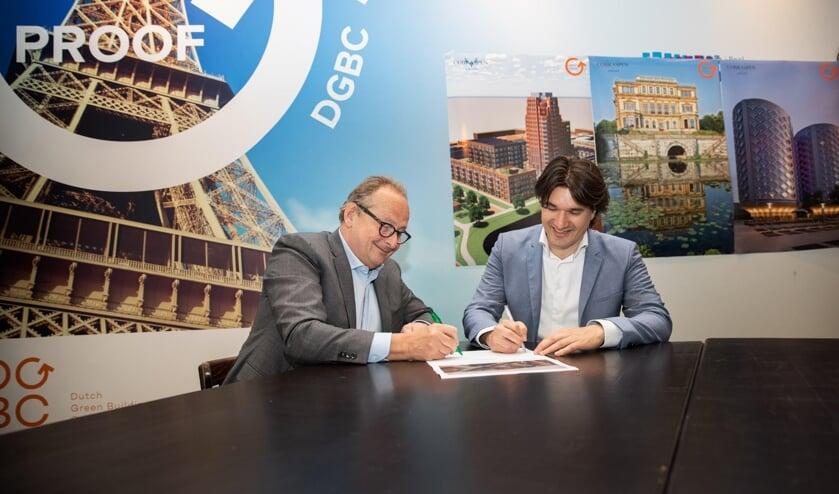 Tekenmoment Blauwe Wetering door Luigi Prins van Cobraspen Groep en Floor Roduner, wethouder Ruimtelijke Ontwikkeling van de gemeente Haarlem.