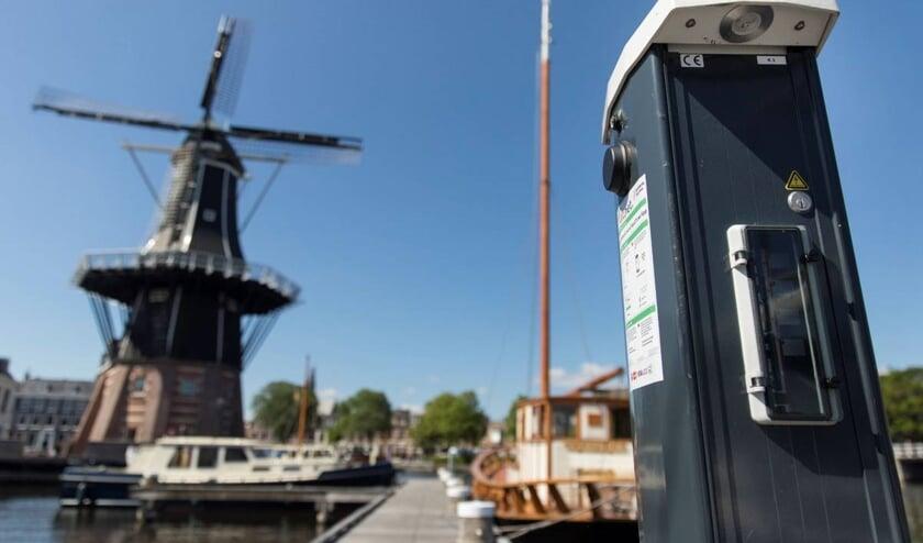 Een laadpaal voor boten bij Molen de Adriaan.