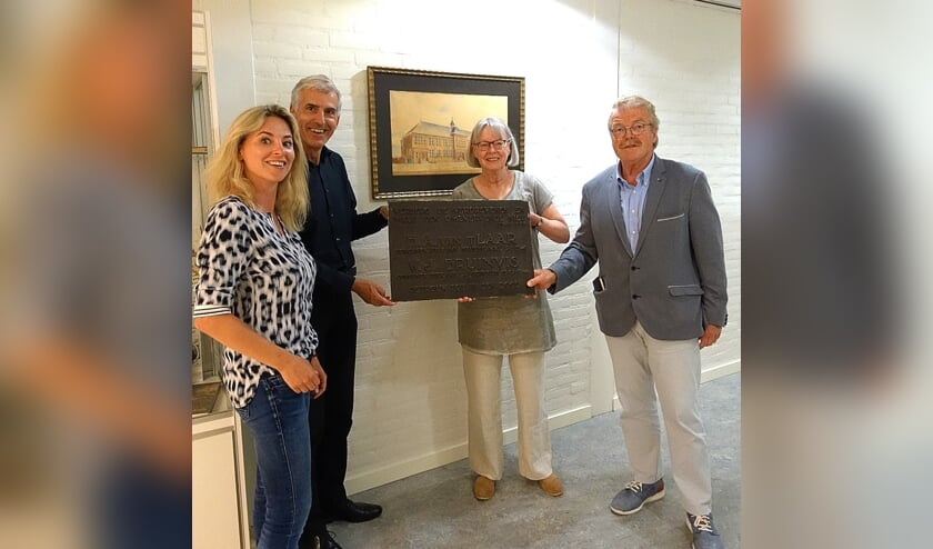 Een bronzen plaquette die herinnert aan het verzet van twee docenten van de Julianaschool werd teruggegeven aan de erfgenaam ervan, het csg Jan Arentsz.