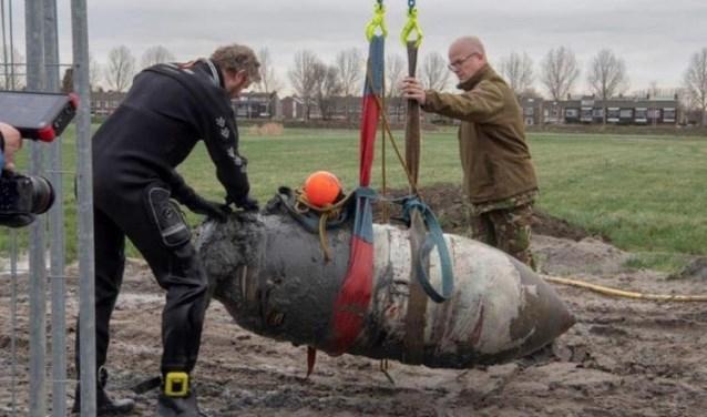 De opgraving van de bommen in Rijsenhout.