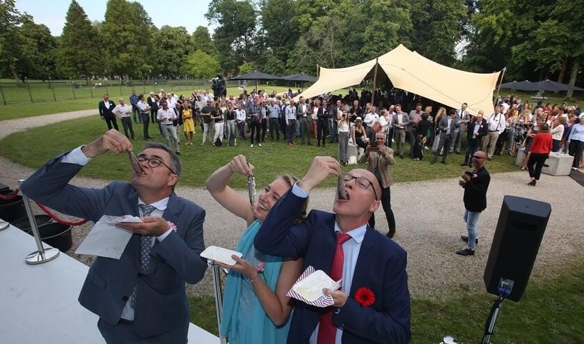 Haarlem - Burgemeester Jos Wienen, directievoorzitter Rudolf Winkenius van RSM en Anne-Marije Hogeboom ,directeur van Haarlem Marketing, hebben dinsdagmiddag bij de jaarlijkse Haarlemse Haring Party, de eerste haring gehapt. Het jaarlijkse netwerk-evenement van de gemeente Haarlem, Haarlem Marketing en RSM vond dit jaar plaats bij het Provinciehuis Noord-Holland. Het evenement werd ook dit jaar weer goed bezocht door ondernemers en bestuurde