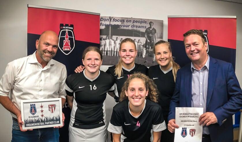 Edwin Steinz, coördinator damesvoetbal vvBergen, Nicolle Martens, Jasmijn Duppen, Louise Bos, Robin Beemsterboer en Tom Pedroli, voorzitter vvBergen.