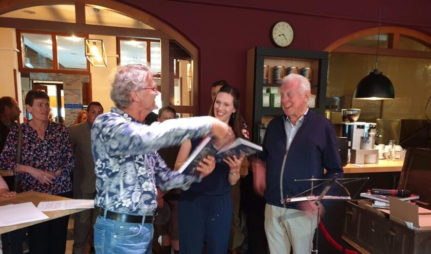 Jan Windt en Marloes van Ede ontvangen het eerste boek uit handen van voorzitter Wim Kersten