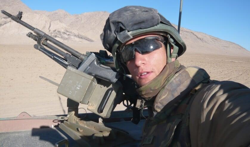 Rijdende patrouille door de woestijn op de Bushmaster als MAG-schutter.