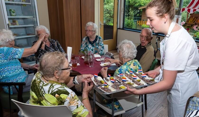 Ouderen in De Rusthoeve profiteerden als eerste van de haring.