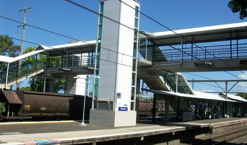 Een stationslift aan de buitenkant van een station.