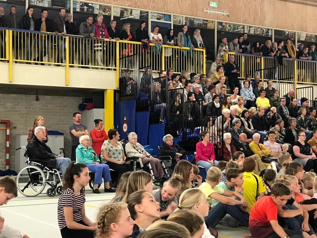 Vele toeschouwers bij de feestelijke dansen (Foto: aangeleverd) © rodi