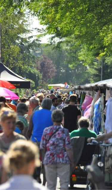 Bezoekers profiteren tijdens de jaarmarkt van de vele koopjes op de kramen.