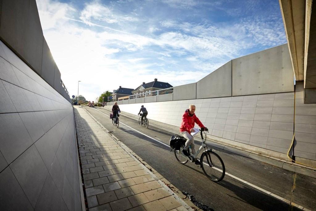 Burgemeester Franx bezoekt de mooie plekjes van Koggenland op de fiets. (Foto: Gemeente Koggenland) © rodi