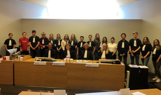 aandag 3 juni werden op de Rechtbank Alkmaar 17 jongerenrechters beëdigd die de Jongerenrechtbank van de Berger Scholengemeenschap gaan vormen.