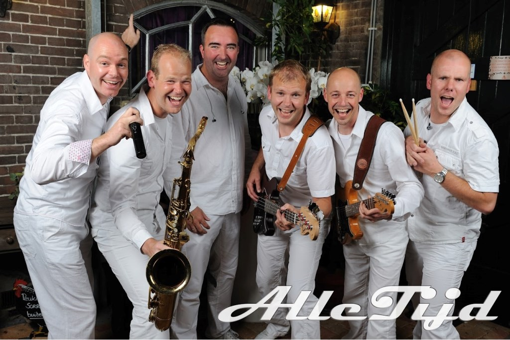 De coverband Alle Tijd treedt op tijdens het openluchtconcert in Obdam. (Foto: aangeleverd) © rodi