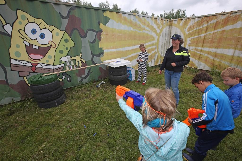 Blikken 'schieten' met een waterpistool.  (Foto: Rowin van Diest) © rodi
