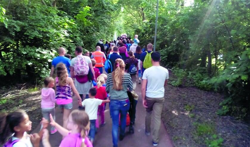 Jong en oud doet mee aan de Avondvierdaagse. Met ouders of met school.