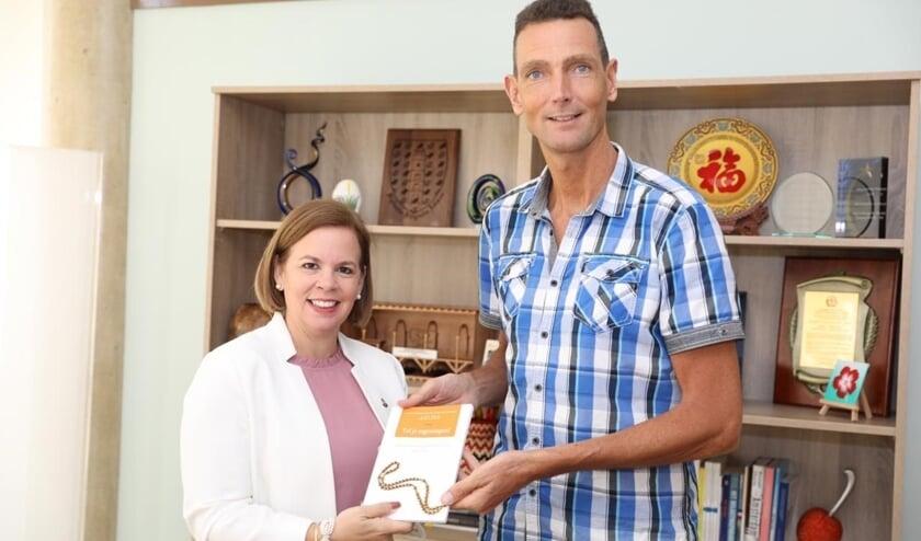 In januari jl. was pastor Paul op Aruba. Hij overhandigde het eerste exemplaar van zijn nieuwe boek aan de minister-president van Aruba , mevrouw Evelyn Wever-Croes.
