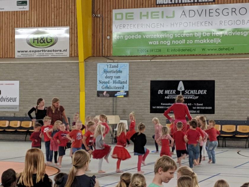 Dansvoorstelling voor nieuw schoolplein