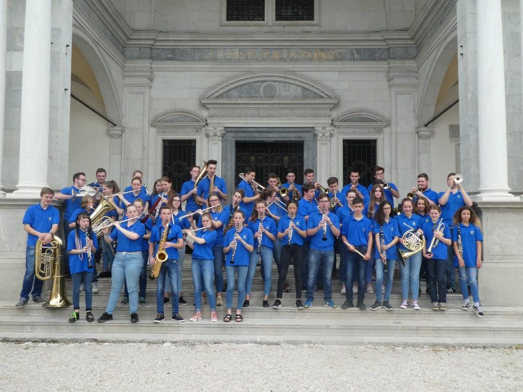 Jongerenorkest Waldkirch treden op tijdens de jaarmarkt in Andijk.  © rodi