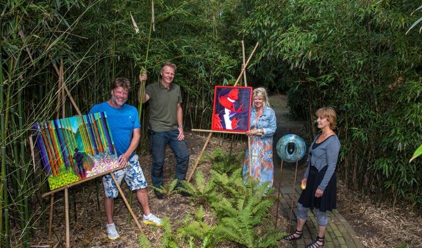 Eddy de Boer, Eelko Bootsman, Tilly Singer en Fredie Schenk (v.l.n.r.) in de bamboetuin. Iedereen is tijdens Schellinkhout te Kijk van harte welkom om de kunst én de tuin te bewonderen.