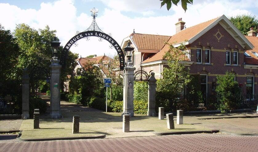 Wandelaars komen langs monumenten en bezienswaardigheden in Enkhuizen.