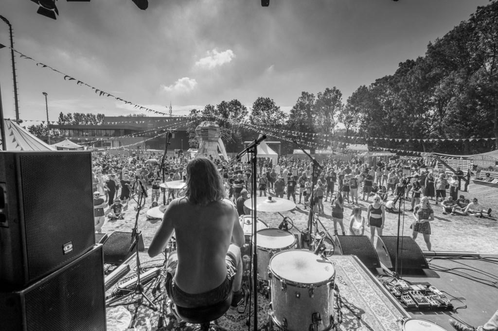 Optreden op nieuwe locatie Haltpop in Koog aan de Zaan. (Foto: Lars Bezemer) © rodi