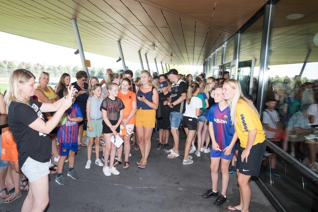 Veel Heerhugowaarders waren naar sportpark De Wending gekomen om een glimp op te vangen van Heerhugowaards trots. (Foto: Vincent de Vries) © rodi
