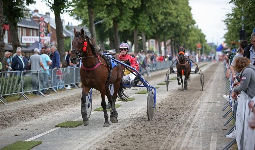 Twee pikeurs nemen het met hun paarden twee keer tegen elkaar op. De winnaar mag door.