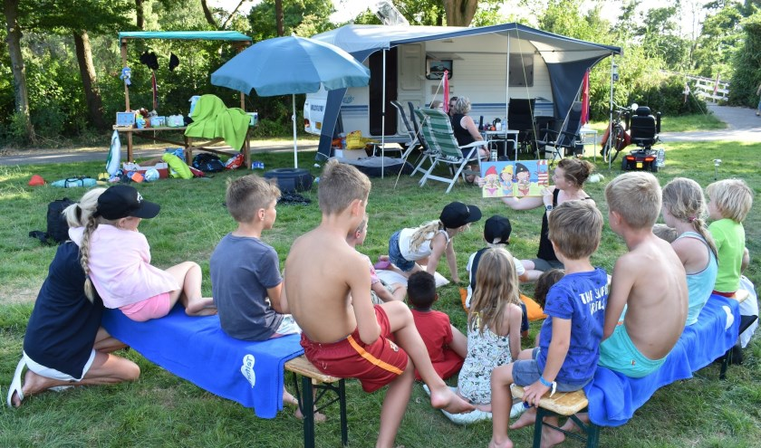 Kinderen worden voorgelezen tijdens het kampeerweekend in het Agathepark.