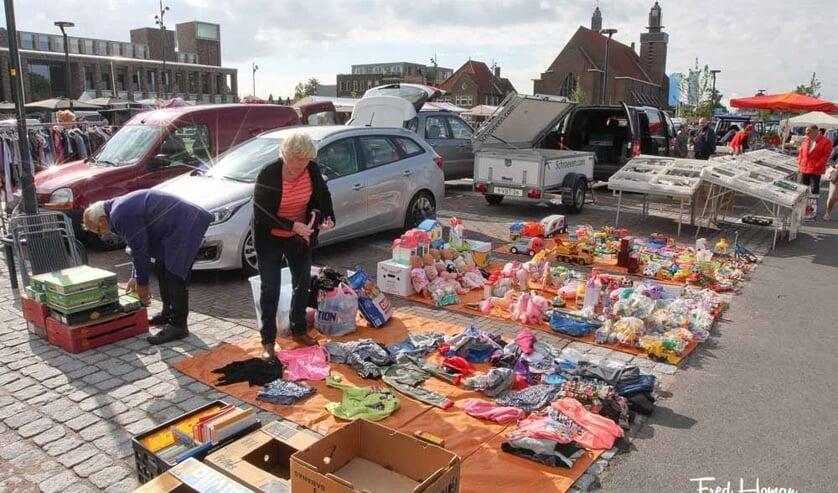 De kofferbakmarkt op het Raadhuisplein in Hoogkarspel.