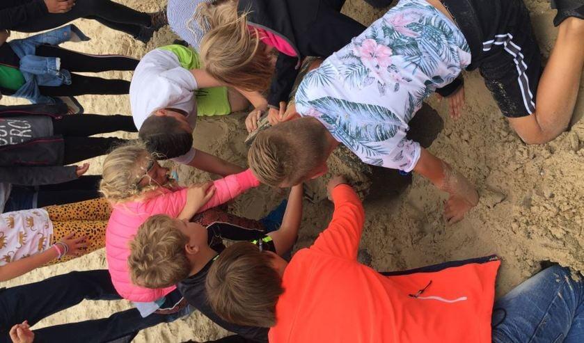 Met schatkaarten gingen de leerlingen op zoek naar de vier schatten van het Zandmonster.